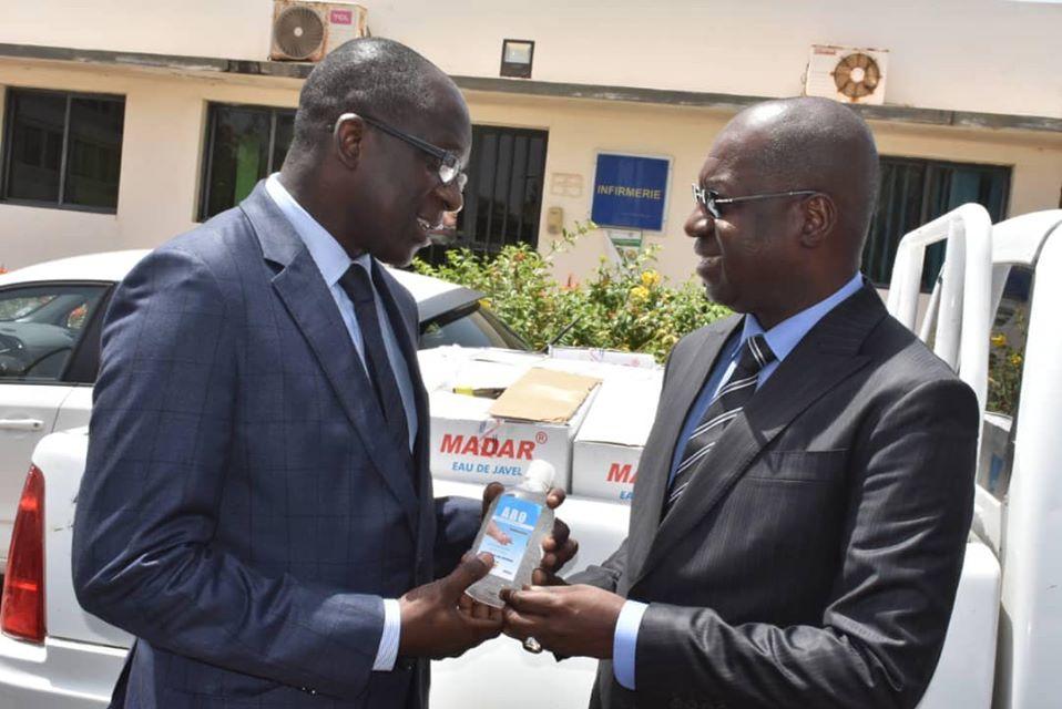 Abdou Karim Sall soutient Abdoulaye Diouf Sarr avec un important lot de gel antiseptiques
