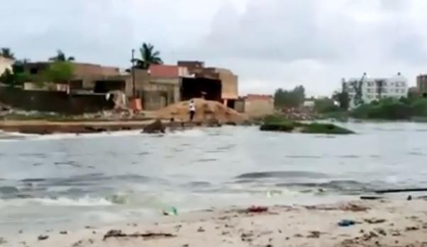 Pluie – Le lit du marigot de Mbao débordé par la mer
